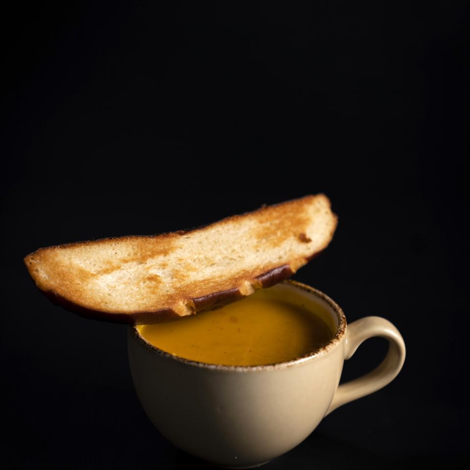 Tasse de soupe de saison et pain grillé